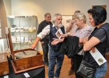 Sammler Rudi Clausnitzer mit Ausstellungsbesucherinnen