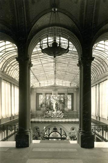 """Das untere Treppenhaus der Villa Berg, um 1930, mit der Skulptur """"Liebe macht blind""""; Sammlung Gohl"""
