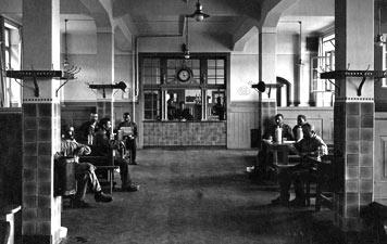 Arbeiter des Gaswerks Gaisburg bei der Vesperpause. Foto: EnBW-Archiv