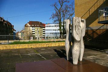 Dreiklang von Hans Dieter Bohnet im Hof der Hauswirtschaftlichen Schule am Stöckach