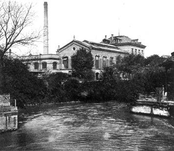 Das Ingenieur-Laboratorium an der heute verschwundenen Dammstraße, im Vordergrund der Mühlkanal. (Fotografie, 1900)