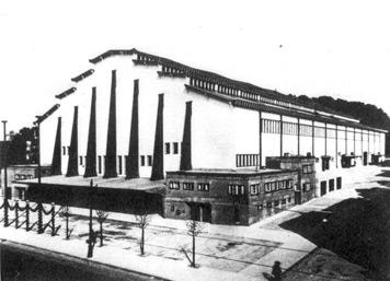 Die 1925/26 nach Plänen des Architekten Hugo Keuerleber errichtete Stuttgarter Stadthalle an der Neckarstraße. (Fotografie, 1925)