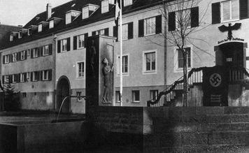"""1935 wurde das damals so genannte """"Haus der Volkstreue"""" am heutigen Schmalzmarkt eingeweiht, im Vordergrund der """"Hitler-Jugend-Brunnen"""". (Fotografie, wohl 1935)"""
