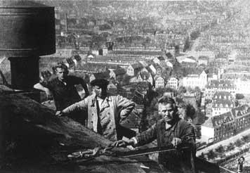 Arbeiter vollenden den Bau des großen Gaskessels. (Fotografie, 1929)