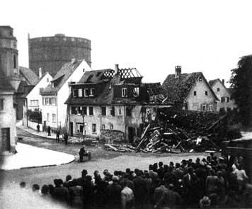 """Die ersten Bombenopfer Stuttgarts waren im August 1940 in Gaisburg zu beklagen; Schaulustige strömten wenig später herbei und bestaunten das zerstörte Gasthaus """"Krone"""". (Fotografie)"""