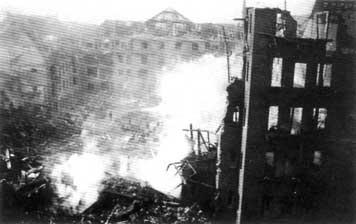 Die weitgehend zerstörten Gebäude am Luisenplätzle unmittelbar nach den Luftangriffen vom 14./15. April 1943. (Fotografie)