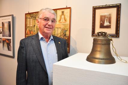 Hans-Peter Schazmann stellte die Miniatur der Ulmer Münsterglocke zur Verfügung. Fotos: aia