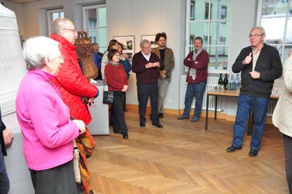 Dr. Elmar Blessing führte bei der Vernissage in die Ausstellung ein. Foto: aia