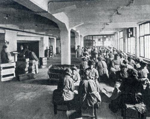 Tabakarbeiterinnen bei Waldorf-Astoria, 1913. Slg. Gohl