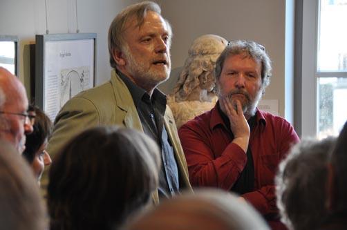 Jörg Kleinbeck (links) führte in die Ausstellung ein. Foto: aia
