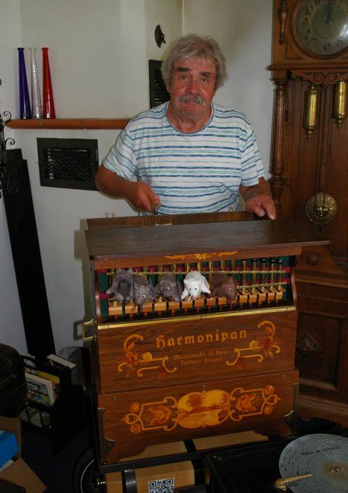 MUSE-O-Vorstandsmitglied Winfried Linse testet bei dem Sammler Uwe Gernert eine Drehorgel. Foto: Gohl